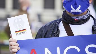 Angst beherrscht die Gesellschaft derzeit - und gefährdet die in der deutschen Verfassung, dem Grundgesetz, garantierten Grundrechte wie die Versammlungsfreiheit. Protest vor dem Brandenburger Tor in Berlin gegen Einschüchterung als Regierungsform.