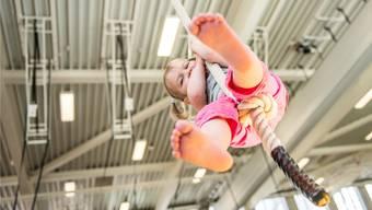 So viel Spass muss sein: Dieses Mädchen schwingt sich an einem Seil durch die neue Halle. Michel Lüthi