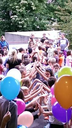 Die ganze Schülerschar des Schulhauses Burgmatt heisst die neuen Schülerinnen und Schüler willkommen.