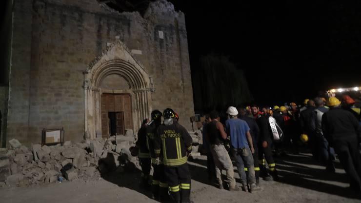 Auch in der Nacht gingen die Rettungsarbeiten nach dem Erdbeben in Italien in den betroffenen Gebieten weiter.