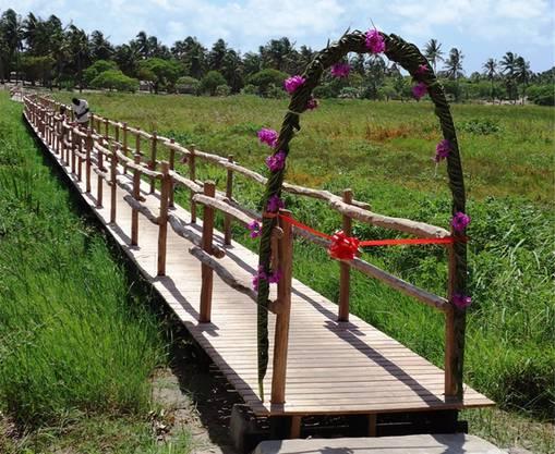 Diie geschmückte Holzbrücke: Nach vier Jahren Arbeit ist sie fertig.