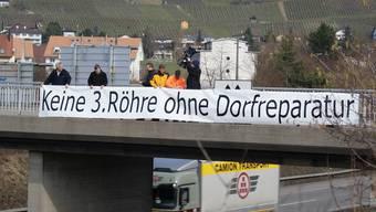 Weiningens Gemeinderat bringt auf dem Klosterbrüggli ein Transparent an – ohne Bewilligung, denn diese wäre wohl abgelehnt worden. jk
