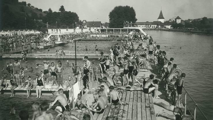 (Im Bild: Die Aarebadi mit dem Kraftwerk im Hintergrund im August 1932.)