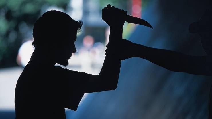 Der Räuber hat seine Opfer mit dem Messer bedroht. (Symbolbild)