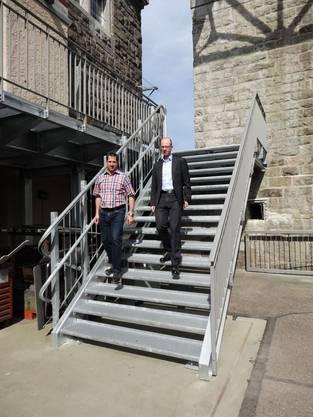 Patrick Obrist und Alexander Lennemann auf der neuen Metalltreppe zum Stauwehr