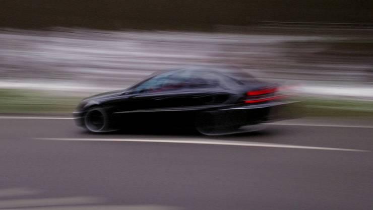 Anstelle der erlaubten 120 km/h fuhr der Raser 211 km/h. (Symbolbild)