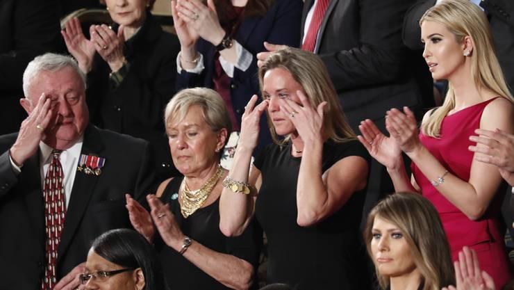 Die Witwe des verstorbenen Navy Seal William «Ryan» Owen erhielt eine zweiminütige Standing Ovation.