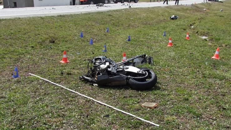 Über das Auffahrtswochenende sind auf Schweizer Strassen mehrere Motorradfahrer verunfallt. Das Bild zeigt das Motorrad eines auf der Julier-Passstrasse bei Bivio GR verletzten Fahrers.