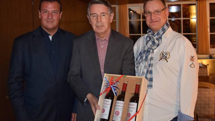 Präsident Peter Michel (links) gratuliert dem neuen Ehrenmitglied Peter Schürmann (Mitte) sowie dem neuen Aktuar Frank Englisch (rechts). Es fehlt das ebenfalls neu ernannte Ehrenmitglied Hanspeter Weisshaupt.