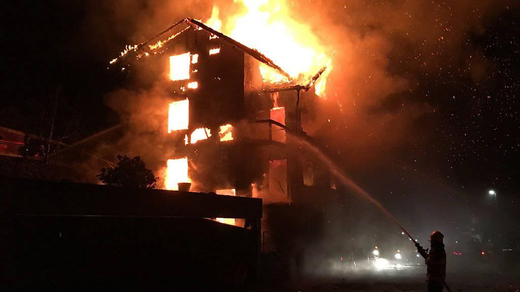 Bei einem Brand in Beckenried NW wurde ein aus Holz gebautes Mehrfamilienhaus vollständig zerstört. Der Sachschaden beträgt mehrere 100'000 Franken.
