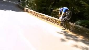 Auf der 16. Etappe stürzt der Belgier am Dienstagnachmittag so unglücklich, dass er kopfüber über eine Mauer fällt.