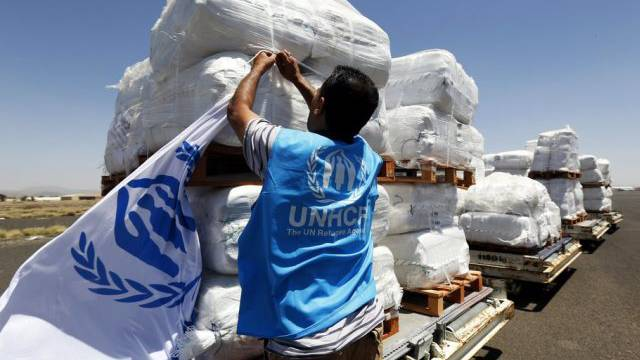 Ein UNHCR-Mitarbeiter schaut sich Hilfslieferungen an