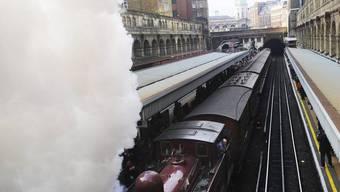 Eine Dampflok zieht die historischen Wagen