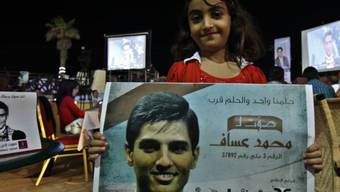 Junge Palästinenserin mit dem Bild von Sieger Mohammad Assaf
