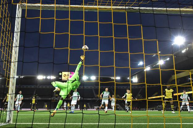 Nicht zu überwinden: St. Gallens Goalie Lawrence Ati Zigi lässt YB verzweifeln.