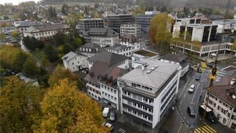 Das Lüdin-Areal umfasst den Häuserblock in der Bildmitte bis zu den Bäumen vor dem Gerichtsgebäude. Juri Junkov