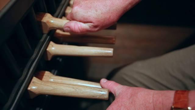 So klingt das Original: Hubert Schäpper bringt das Aarauer Glockenspiel im Obertorturm zum Klingen.