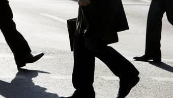 Ein Mann mit Aktentasche im Frankfurter Bankenviertel (Symbolbild)