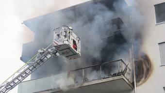Auf dem Balkon eines Mehrfamilienhauses brach gestern Nachmittag ein Brand aus. Dieser