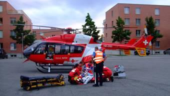 Kooperation: Nachdem die Sanitäter die Patientin stabilisiert haben, übernimmt die Rega.  Daniela Poschmann