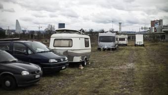 Wohnwagen von Fahrenden auf dem Areal der deutschen Bahn