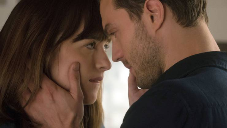 """Dakota Johnson als Anastasia Steele (l) und Jamie Dornan als Christian Grey in """"Fifty Shades Darker"""". Die Sadomaso-Romanze übernahm am Wochenende vom 9. bis 12. Februar 2017 die Spitze in den Kinocharts. (Archiv)"""