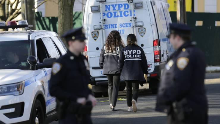 "New Yorker Polizei am Donnerstag auf Staten Island nahe dem Ort, wo Mafiaboss Francesco ""Frank"" Cali getötet wurde."