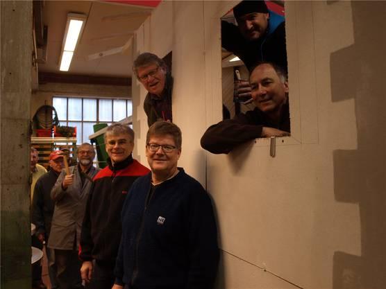 Die Höckeler-Zunft mit Wagenbauchef Hans Bruderer (vorderes Fenster, sitzend) an der Umsetzung des Sujets «Schellen-Ursli».