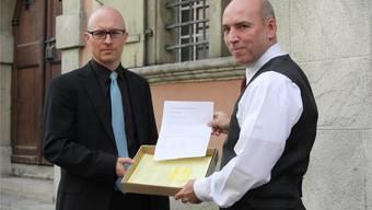 Marcel Spörri (rechts) überreicht Stadtschreiber Christoph Hofstetter 350 Unterschriften und einen offenen Brief an den Stadtrat gegen das geplante 24-Stunden-Bordell. (Foto: Ruth Steiner)