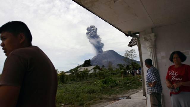 Erneut Aschewolke über Sinabung-Vulkan (Archiv)