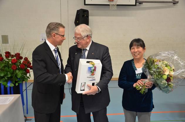 VR-Präsident Otto H  Suhner (Mitte) ehrt HNO-Arzt Robert Meier und    DSC_2600.jpg
