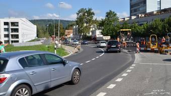 Der Einbau der Trag- und der Binderschicht an der Hauserstrasse in Windisch hat begonnen, der Deckbelag soll bei guter Witterung Ende September folgen. Max Weyermann