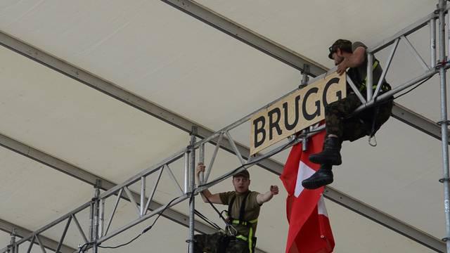 Blumen, Flaggen und Zapfhahnen: Aufbauarbeiten für das kantonale Schwingfest in Brugg.