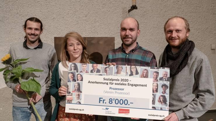 """Die Vorstandsmitglieder von """"Prozessor"""" Max Hufschmid, Michelle Benz, Fabian Trost und Silvio Borter nahmen den Preis entgegen."""