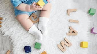 Weich und rund mit vielen Vokalen kommen aktuell die meisten Kindernamen daher.