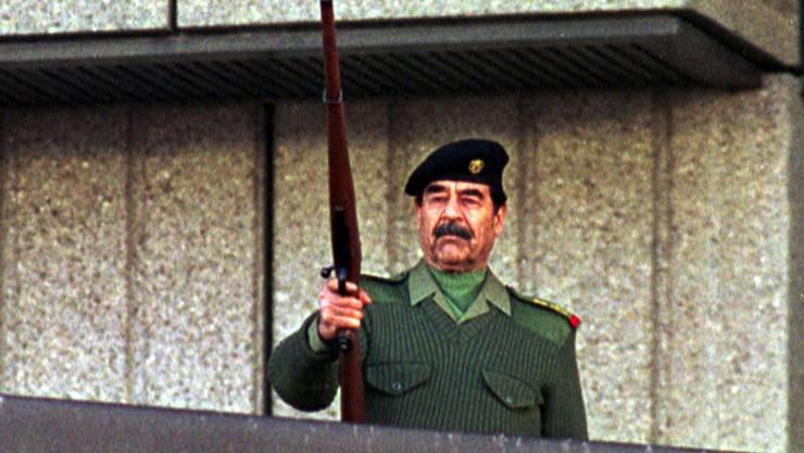 Iraks früherer Machthaber Saddam Hussein posiert mit einem AK-47-Sturmgewehr: Vor 40 Jahren begann der erste Golfkrieg mit dem Iran.