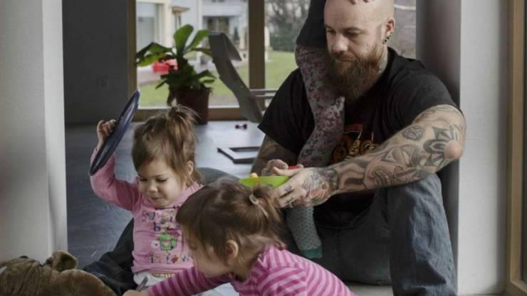 """""""Für mich ist es sehr wichtig, Zeit mit den Kids zu haben, weil ich ein Teil ihres Aufwachsens sein will."""" Man verpasse extrem viel, denn die Kinder seien rasch wieder ausgeflogen, meint """"Swiss Dad"""" Kilian Tellenbach."""