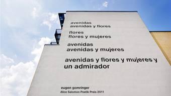 Gomringers umstrittenes Gedicht an der Fassade der Hochschule in Berlin. ASH