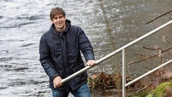 Christophe Lienert bei einer Messstation des Bundes an der Limmat in Baden – die Abflusswerte können online abgerufen werden.