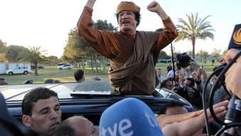 Gaddafi präsentiert sich den Medien anlässlich des Besuchs der Afrikanischen Union