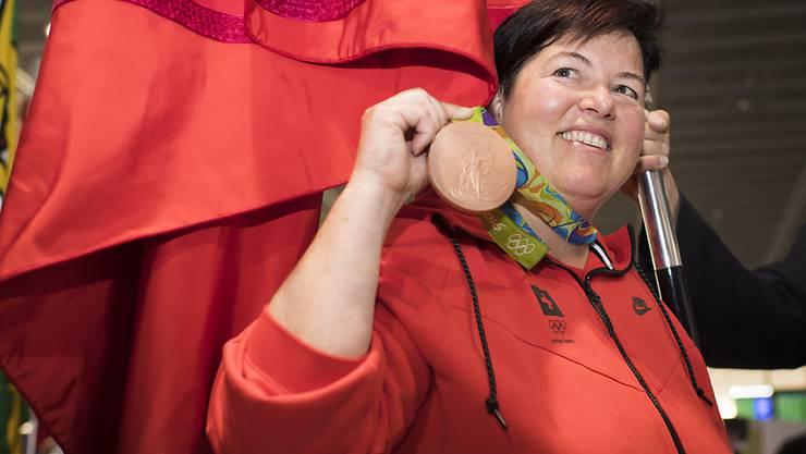 Thurgauer Fahne, Schweizer Fahne, Medaille: Schöner Empfang für Heidi Diethelm am Flughafen