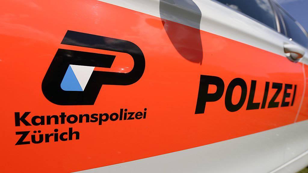 Zwei Frauen sind am Freitagabend in Hedingen ZH mutmasslich von einem Mann mit Schüssen verletzt worden. Die Kantonspolizei Zürich rückte mit einem Grossaufgebot aus.