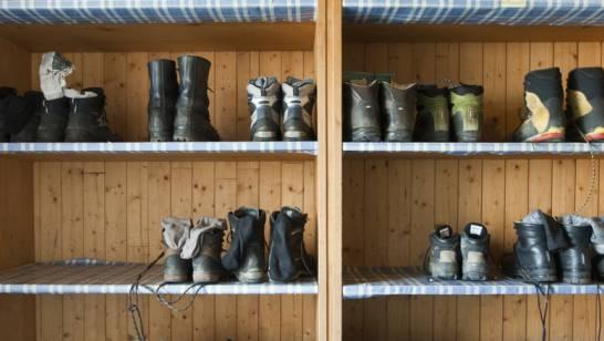 Für Schüler ohne Wanderschuhe gibt es ein staatliches Materiallager, wo sie sich welche leihen können. (Symbolbild)