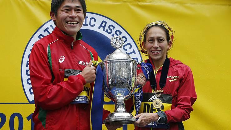 Die strahlenden Sieger des diesjährigen Boston-Marathons: der Japaner Yuki Kawauchi und die Amerikanerin Desiree Linden