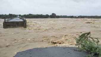 Im Bundesstaat Gujarat haben die heftigen Regenfälle auch eine Autobahnbrücke weggespült.