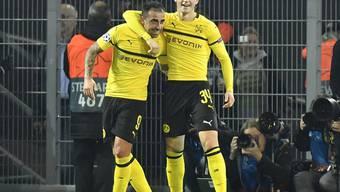 Paco Alcacer (links) kam, sah und schoss den BVB mit drei Toren zum Sieg