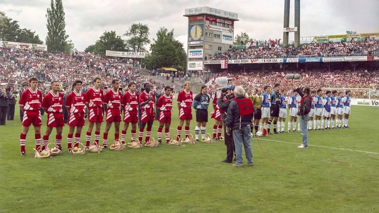 Die Mannschaften 1995 vor dem Spiel. Sion in Rot, GC natürlich in Blau.