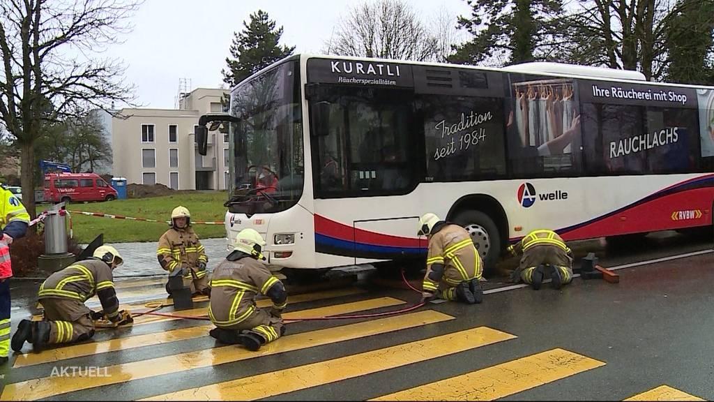 Eingeklemmt: Rentner von Auto angefahren und unter Bus geschleudert