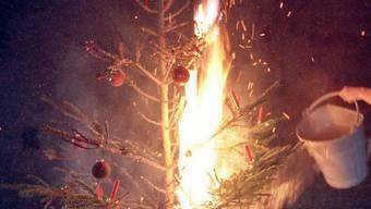 Ein Christbaum geht in Flammen auf (Symbolbild)