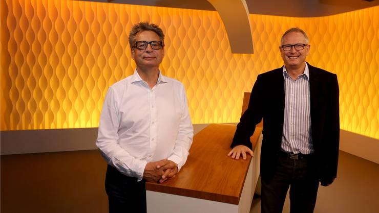 Jürgen Single, Chefredaktor (l.), und Peter Spörri, Geschäftsführer Alphavision, im Studio des «Fenster zum Sonntag»-Magazins.